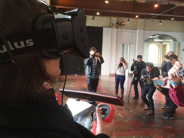 コントローラ、iPad、仮想現実ゴーグルのOculus Riftによって操作できる、パロット社製ドローンのデモ
